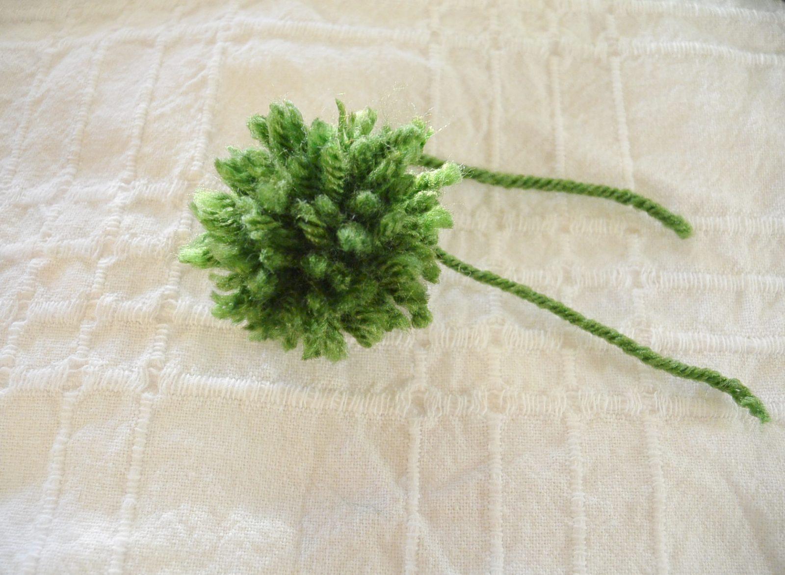 How to Make An Easy Pom-Pom with Yarn